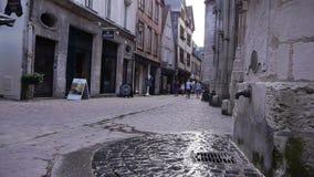 Fontein in straat van Rouen, Normandië Frankrijk stock footage