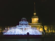 Fontein van de glanzende branden op het vierkant voor St Isaac Cathedral op Nieuwjaar` s Vooravond St Petersburg Rusland stock afbeelding
