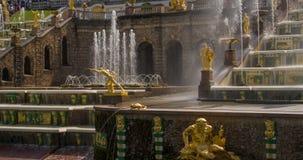 Fontein van de Perterhof de Grote cascade Heilige-Petersburg Rusland stock footage