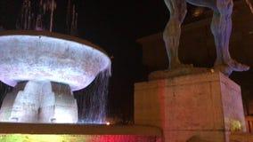 Fontein van de twee rivieren, historisch monument door beeldhouwer Giuseppe Graziosi Bij nacht met de lichtenkleuren van Italiaan stock videobeelden