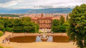 Fontein van Neptunus en Palazzo Pitti in Boboli-Tuinen, Florence, Italië royalty-vrije stock fotografie
