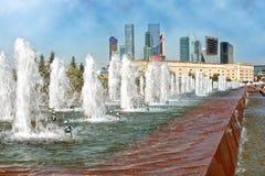 Fontein in Victory Park in Moskou met een mening van de torens van Stock Afbeeldingen