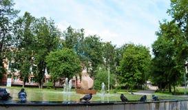 Fontein in vierkant in de zomer Stock Fotografie
