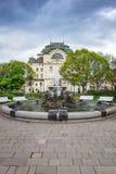 Fontein voor het Theater van de Staat bij Hoofdvierkant in Kosice SLOWAKIJE royalty-vrije stock afbeelding