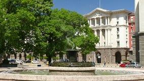 Fontein voor het Voorzitterschapsgebouw in Sofia, Bulgarije bij daglicht Weergeven aan de Raad van Ministers stock video