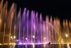 Fonteinen bij nacht worden verlicht die Stock Afbeelding