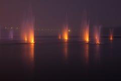 Fonteinen in de nacht Stock Afbeeldingen