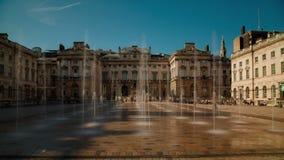 Fonteinen die Water in Somerset House, Londen het UK losbarsten stock footage