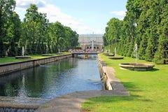 Fonteinen en een grote cascade in Peterhof stock fotografie