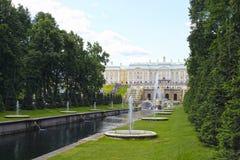 Fonteinen en een grote cascade in Peterhof royalty-vrije stock foto's