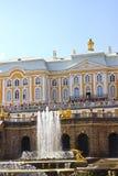 Fonteinen en een grote cascade in Peterhof stock foto