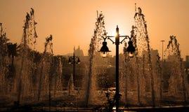 Fonteinen en lantaarns bij zonsondergang Royalty-vrije Stock Foto's
