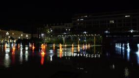 Fonteinen op Plaats Massena, in Nice, Frankrijk bij nacht stock video