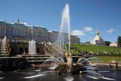 Fonteinen in Peterhof, heilige-Petersburg Stock Foto's