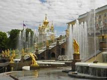 Fonteinen in Russisch paleis Peterhof stock afbeeldingen