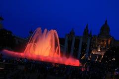 Fonteinen van de Doopvont Magica in Barcelona bij nacht, Spanje Stock Afbeeldingen
