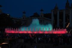 Fonteinen van de Doopvont Magica in Barcelona bij nacht, Spanje Stock Afbeelding