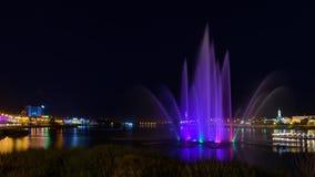Fonteinmening in Kazan stad tijdens een mooie de zomernacht stock foto