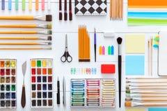 Fontes ajustadas na vista desktop, ferramentas criativas para trabalhos criativos da escola na tabela de madeira branca, fundo co fotografia de stock royalty free