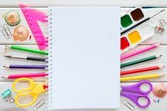 Fontes, artigos de papelaria e espaço de escola para o texto Fotos de Stock