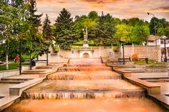 Fontes bonitas na baixa da cidade moderna Ramnicu Valcea Destino europeu do curso Ramnicu Valcea, Romênia - 05 06 foto de stock royalty free