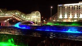 Fontes com cores ultravioletas claras no quadrado de Europa em Moscou na noite vídeos de arquivo