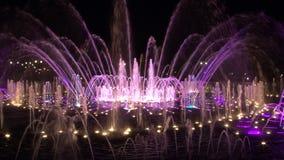 Fontes da dança das cores ultravioletas em Moscou na noite filme
