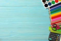 Fontes da escola e de escritório Fundo da escola lápis coloridos, pena, dores, papel para a escola e educação do estudante imagens de stock