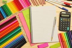 Fontes da escola e de escritório Fundo da escola lápis coloridos, pena, dores, papel para a escola e educação do estudante fotografia de stock royalty free