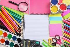 Fontes da escola e de escritório Fundo da escola lápis coloridos, pena, dores, papel para a escola e educação do estudante foto de stock royalty free