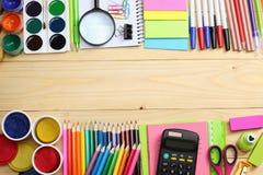 Fontes da escola e de escritório Fundo da escola lápis coloridos, pena, dores, papel para a escola e educação do estudante fotos de stock royalty free