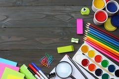 Fontes da escola e de escritório Fundo da escola lápis coloridos, pena, dores, papel para a escola e educação do estudante imagem de stock