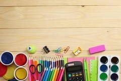 Fontes da escola e de escritório Fundo da escola lápis coloridos, pena, dores, papel para a escola e educação do estudante imagem de stock royalty free