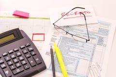 Fontes da preparação do imposto, vidros de leitura e formulários de imposto imagens de stock