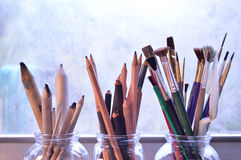 Fontes das belas artes: Três ramalhetes de ferramentas do desenho e da pintura Foto de Stock Royalty Free