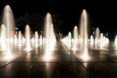 Fontes de água na noite imagem de stock