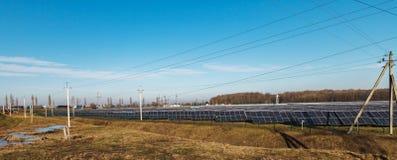 Fontes de energia alternativas Centrais elétricas de energias solares Imagens de Stock