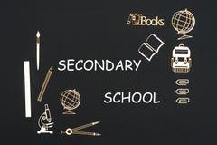 Fontes de escola colocadas no fundo preto com a escola secundária do texto fotografia de stock royalty free