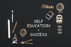 Fontes de escola colocadas no fundo preto com sucesso da educação do auto do texto ilustração royalty free