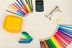 Fontes de escola Colora lápis, caixa amarela do sanduíche, calculadora, fotos de stock