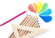 Fontes de escola coloridas do desenho do arco-íris dos lápis no backgr branco Imagens de Stock Royalty Free