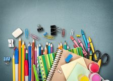 Fontes de escola coloridas no fundo imagens de stock royalty free