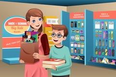 Fontes de escola de compra da mãe e do filho Imagens de Stock Royalty Free
