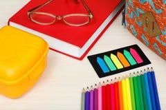 Fontes de escola Eduque a trouxa, livro, vidros, lápis da cor, Imagens de Stock Royalty Free