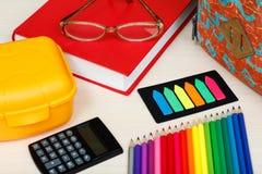 Fontes de escola Eduque a trouxa, livro, vidros, lápis da cor, Fotografia de Stock Royalty Free