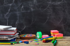 Fontes de escola em uma mesa de madeira foto de stock