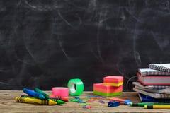 Fontes de escola em uma mesa de madeira fotografia de stock