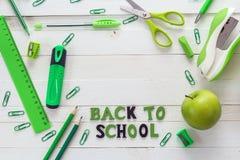 Fontes de escola nas máscaras do verde em um fundo da madeira branca Fotos de Stock Royalty Free