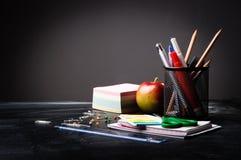 Fontes de escola no fundo do quadro-negro fotos de stock