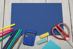 Fontes de escola - papel azul, tesouras, etiquetas, calculadora, eliminador, marcadores e outros acessórios Fotografia de Stock Royalty Free